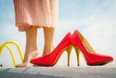 Chaussures classiques de talon haut rouge extérieures photographie stock libre de droits