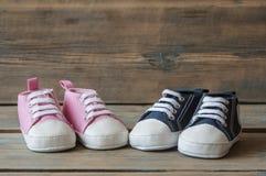Chaussures colorées d'enfant en bas âge sur le fond en bois Images stock