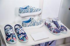 Chaussures colorées de femmes sur l'étagère dans le magasin Photographie stock