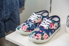 Chaussures colorées de femmes sur l'étagère dans le magasin Image libre de droits