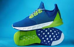 Chaussures colorées modernes de paires d'espadrille Photographie stock libre de droits