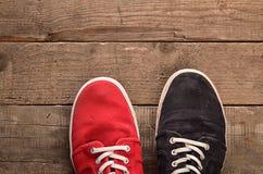 Chaussures colorées sur le bois Photos stock