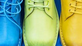 Chaussures colorées sur un fond bleu Image stock