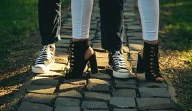 Chaussures conçues pour vous déplacer Les jambes humaines portent les chaussures à la mode de mode pour la jeunesse Jambes femell photos libres de droits