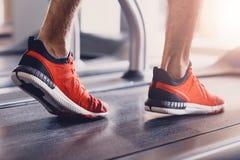 Chaussures confortables de sports pour courir dans le gymnase photo libre de droits