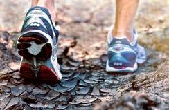 Chaussures courantes de sport d'athlète sur le mode de vie sain de traînée Images stock