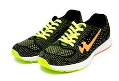 Chaussures courantes de sport d'isolement sur un blanc Photos libres de droits