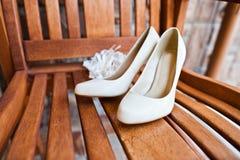 Chaussures crèmes de mariage Photo stock