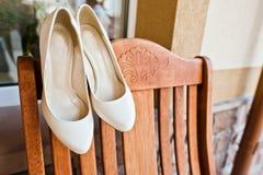 Chaussures crèmes de mariage de jeune mariée Photos libres de droits