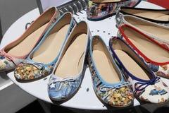 Chaussures d'été du ½ s de ¿ de Womenï sur l'étagère ronde Image stock