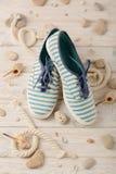 Chaussures d'été du ` s de femmes pendant des vacances de plage Photos stock