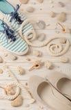 Chaussures d'été du ` s de femmes pendant des vacances de plage Photo libre de droits