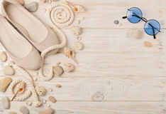 Chaussures d'été du ` s de femmes pendant des vacances de plage Image stock