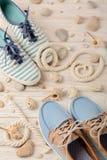 Chaussures d'été du ` s de femmes pendant des vacances de plage Photographie stock