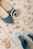Chaussures d'été du ` s de femmes pendant des vacances de plage Image libre de droits