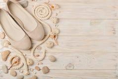 Chaussures d'été du ` s de femmes pendant des vacances de plage Photographie stock libre de droits