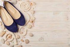 Chaussures d'été du ` s de femmes pendant des vacances de plage Images stock