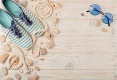 Chaussures d'été du ` s de femmes pendant des vacances de plage Images libres de droits