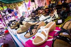 Chaussures d'été en vente à la foire Photographie stock libre de droits