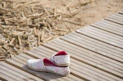 Chaussures d'été sur le pilier photos stock