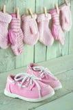 Chaussures d'enfant en bas âge de fond de bébé sur le fond de vintage Photos stock