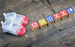 Chaussures d'enfant et école de mot Photographie stock libre de droits