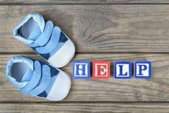Chaussures d'enfant et aide de mot Photo stock