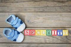 Chaussures d'enfant et sécurité de mot Photographie stock