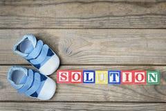 Chaussures d'enfant et solution de mot Image stock