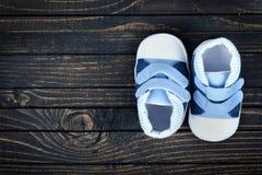 Chaussures d'enfant sur le plancher Photo libre de droits