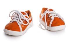 Chaussures d'enfants d'isolement sur le fond blanc confort de style libre coloré Photographie stock