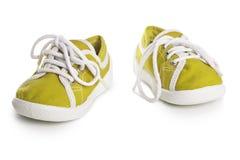 Chaussures d'enfants d'isolement sur le fond blanc confort de style libre coloré Photographie stock libre de droits