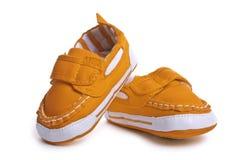 Chaussures d'enfants d'isolement sur le fond blanc confort de style libre coloré Image libre de droits