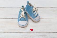 Chaussures d'enfants pour un petit garçon avec le coeur Image libre de droits