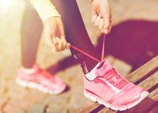 Chaussures d'entraîneurs de laçage de femme de coureur images stock