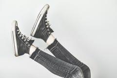 Chaussures d'espadrille de noir d'usage de femme Photo libre de droits