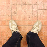 Chaussures d'espadrille sur le plancher carrelé images stock