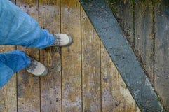 Chaussures d'espadrille sur le plancher en bois Images libres de droits