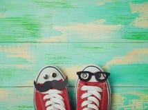 Chaussures d'espadrilles avec la moustache et les lunettes Images libres de droits
