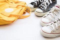 Chaussures d'espadrilles noires et blanches avec le sac jaune coloré Images libres de droits