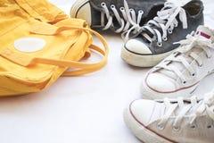 Chaussures d'espadrilles noires et blanches avec le sac jaune coloré Photographie stock libre de droits