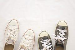 Chaussures d'espadrilles noires et blanches sur le blanc de fond Photo stock