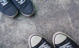Chaussures d'espadrilles sur la vue supérieure concrète sale Images stock