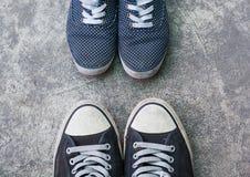 Chaussures d'espadrilles sur la vue supérieure concrète sale Image libre de droits