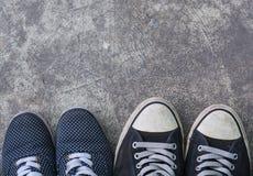 Chaussures d'espadrilles sur la vue supérieure concrète sale Photo stock