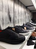 chaussures d'homme dans le magasin Photo stock