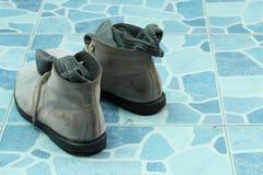Chaussures d'hommes sur le plancher carrelé photo libre de droits