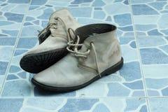 Chaussures d'hommes sur le plancher carrelé photographie stock