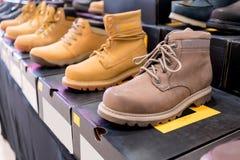 Chaussures d'hommes sur les boîtes noires à vendre Photo stock