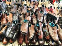 chaussures d'occasion sur l'étagère au marché Photo libre de droits